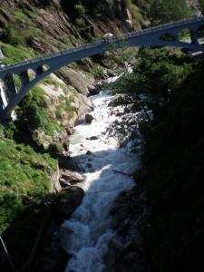 Granica je na sredini mosta. Dole je himalajska reka