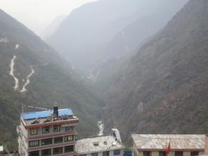 Pogled iz Zangmua dole na most preko koga smo ušli u Kinu. Serpentine i moderan vrlo čvrst put.