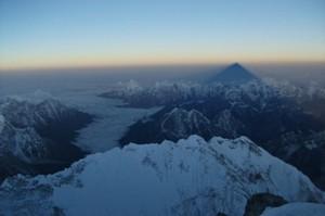 Jutarnja senka Everesta na maglovitom horizontu
